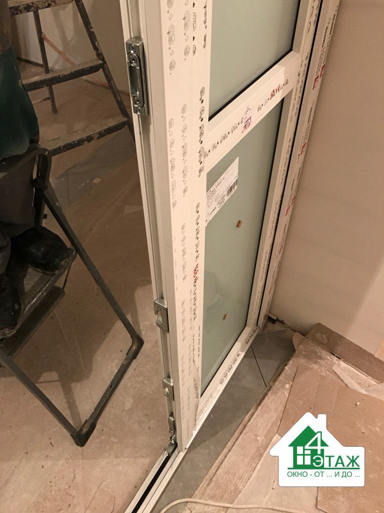 Пластиковая балконная дверь в профиле REHAU