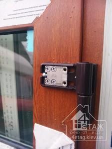 Усиленные петли на входные металлопластиковые двери в компании