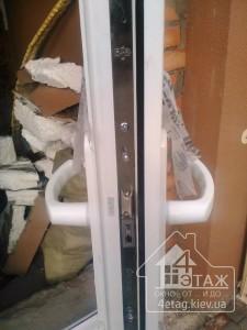 Металлопластиковые двери Rehau с нажимным гарнитуром