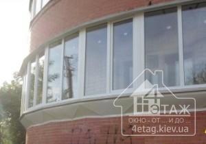Качественно сделанное остекление полукруглого балкона с выносом косынка